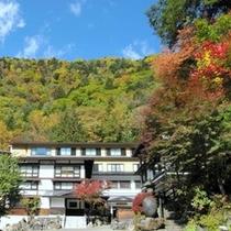 秋、色とりどりに紅葉する白骨の山々