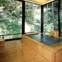 特別室の浴槽はぬくもりの桧風呂。全面ガラス張りで開放感たっぷり(一例)