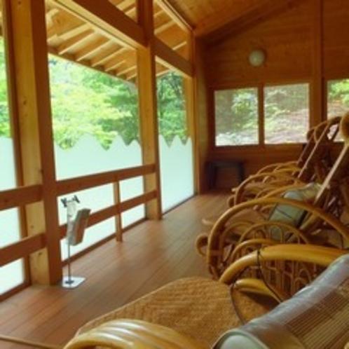 湯元館のお休み処。大きな窓から景色を眺めてここでもゆっくり