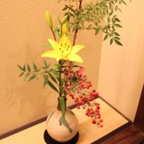 彩りを添える花々