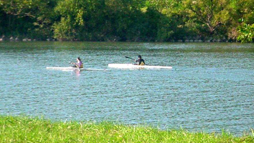 由利本荘市はボートの街 川面を滑るように行きかうボートやカヌー