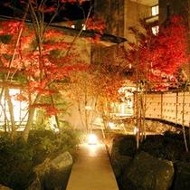 【庭園(秋)】10~11月にかけて、紅葉が見頃を迎えます。