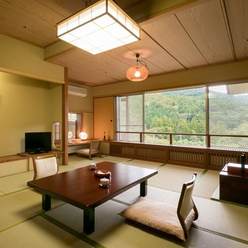 【水涌館】大きく採られた窓からは四季折々の景色と森の静寂の空気を感じる。