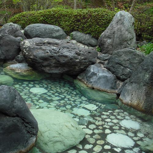 【庭園露天風呂 甌穴(おうけつ)】県指定特別天然記念物「甌穴」を模って大きな岩を組んで造った露天風呂
