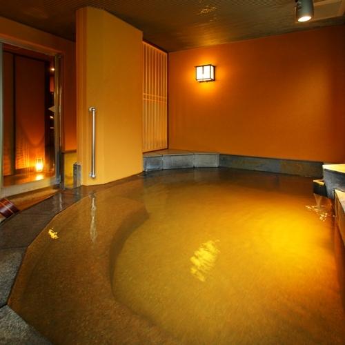 【貸切風呂 クリスタル】大人5〜6人は入れる大きさの湯船は源泉かけ流し。ご利用はフロントにて要予約。