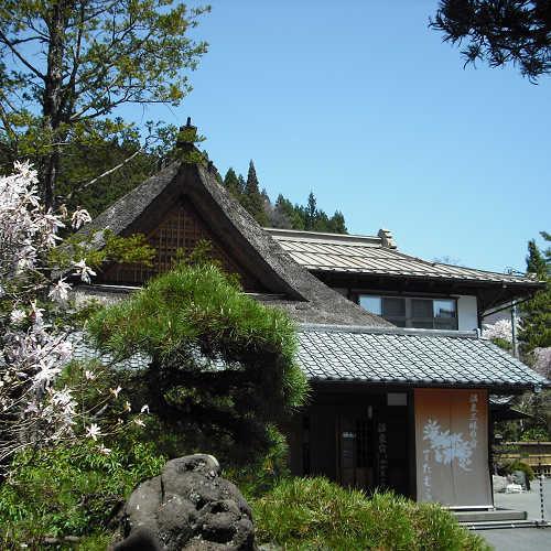 桜とたむらの入母屋玄関