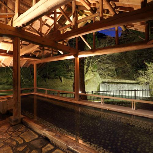 【滝見露天 森のこだま】四万たむらを代表するお風呂、四季折々の景色と美肌の湯を楽しめる。