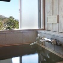 【檜風呂付き客室】檜の香り漂う室内。源泉掛け流しのお風呂。好きな時に温泉を独り占めできます。