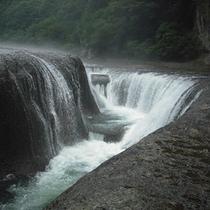 【観光・散策】吹割りの滝は関東のナイアガラと呼ばれています。当館から車で1時間30分。