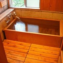 【檜風呂付き客室】かぐわしい檜の香り漂う室内のお風呂。源泉掛け流しの温泉を存分にお楽しみください。