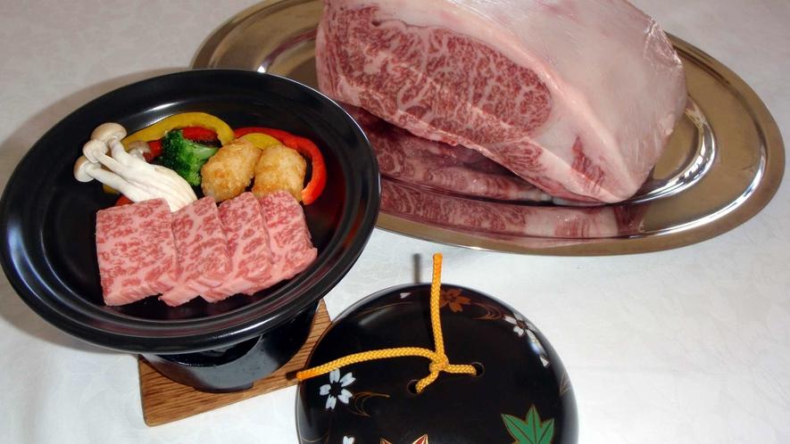 *夕食一例/倉石牛陶板焼き(きめ細かく柔らかい上質な肉質と豊潤な味わいが特徴です。)