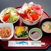 *海鮮丼/海鮮が器からはみ出る程のボリュームで食べ応えアリ!