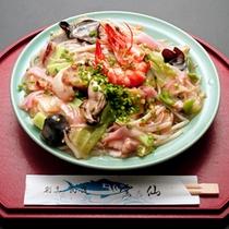 *皿うどん/魚介と野菜をふんだんに使用した一品。