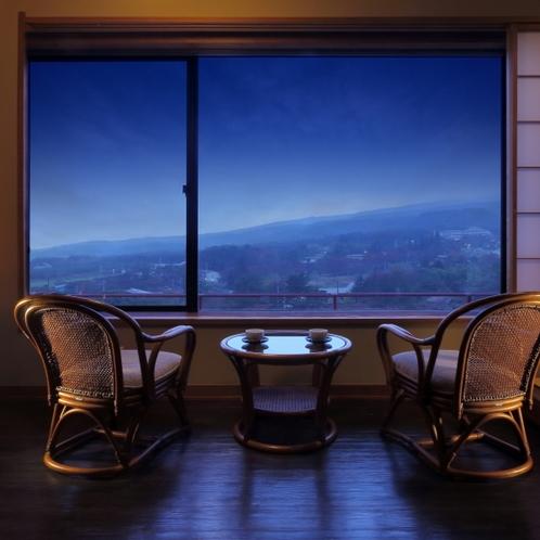 眺望自慢の池側和室から安達太良連山の裾野を眺める(早朝)