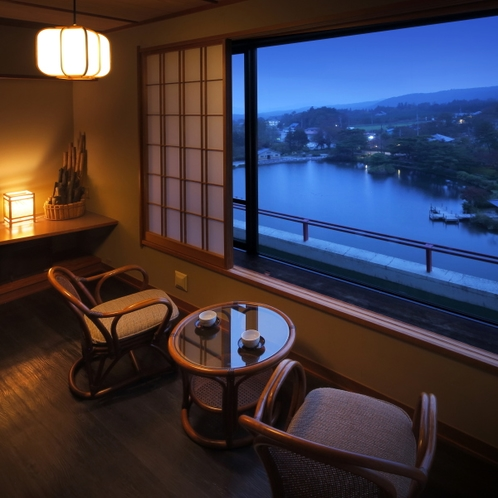 眺望自慢の池側和室から鏡ヶ池を見下ろす(早朝)