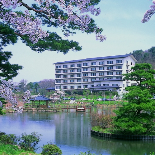☆鏡ヶ池の対岸から当館を望む(春)