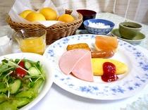 ■朝食は手づくりの焼きたてパンがお替わり自由