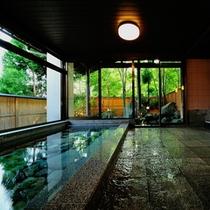 大浴場(内湯) - 川を摸した内風呂でゆったりのんびり猿ヶ京の湯を堪能。洗い場は4つあります