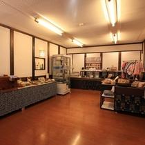 館内の売店 お土産からアメニティ・化粧品グッズまでございます