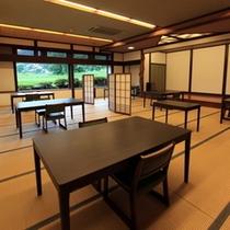 【お食事処】低めの椅子・テーブル席、またはお座敷になります。