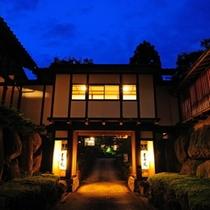 宿の入口付近。右がお風呂の棟 左が特別室の棟 夜の風景