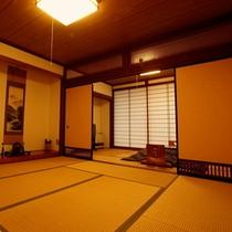 和室14畳二間 - 8畳と6畳の二間に仕切れ、当館の最もスタンダードな客室