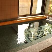 大浴場(内湯) - 半分は川石を敷き詰めまるで川のようなつくり