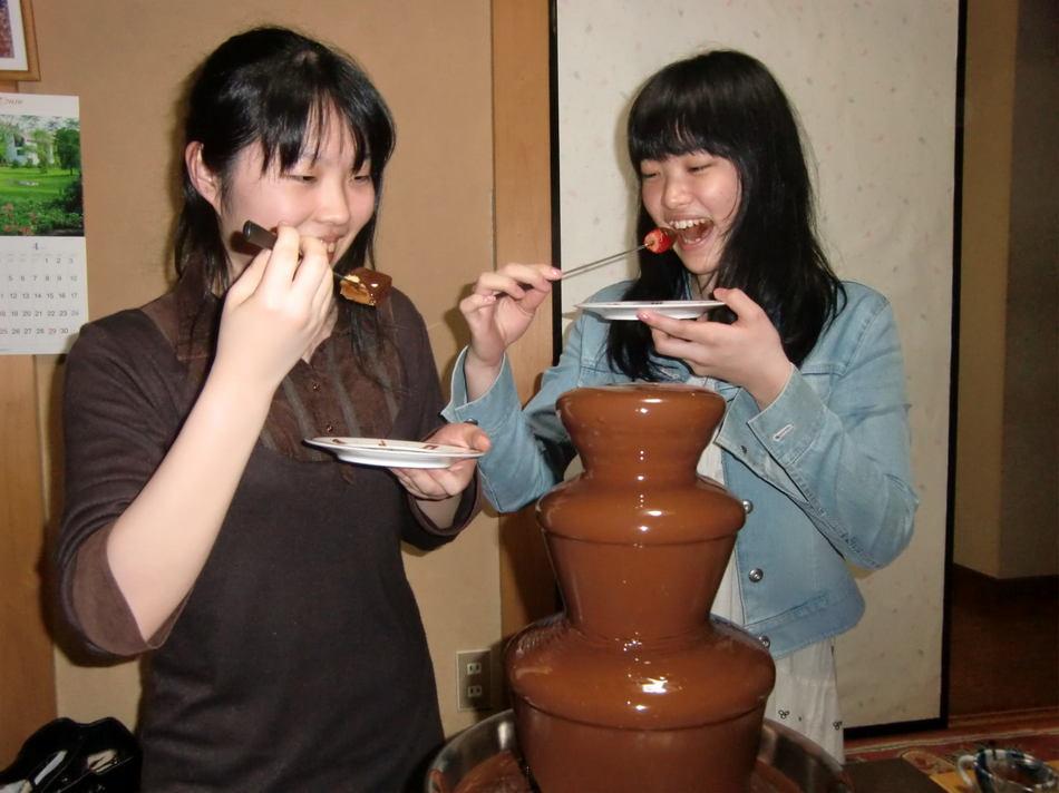 チョコフォンデュ、食べている所-2