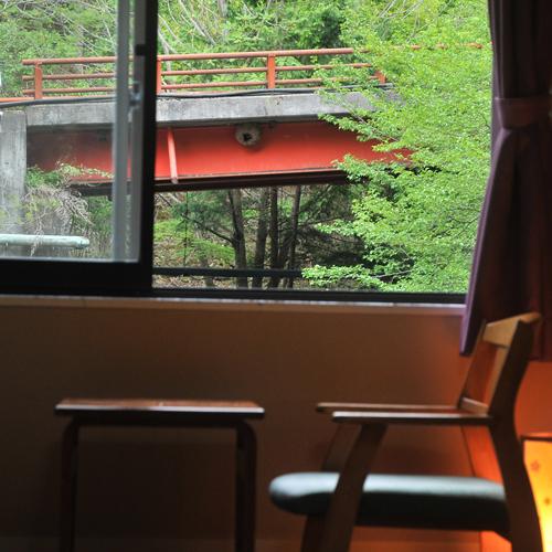 雲渓荘の敷地にそって小沢根川の清流がめぐっています。スタンダード和室8畳は、眼下に美しいせせらぎを一