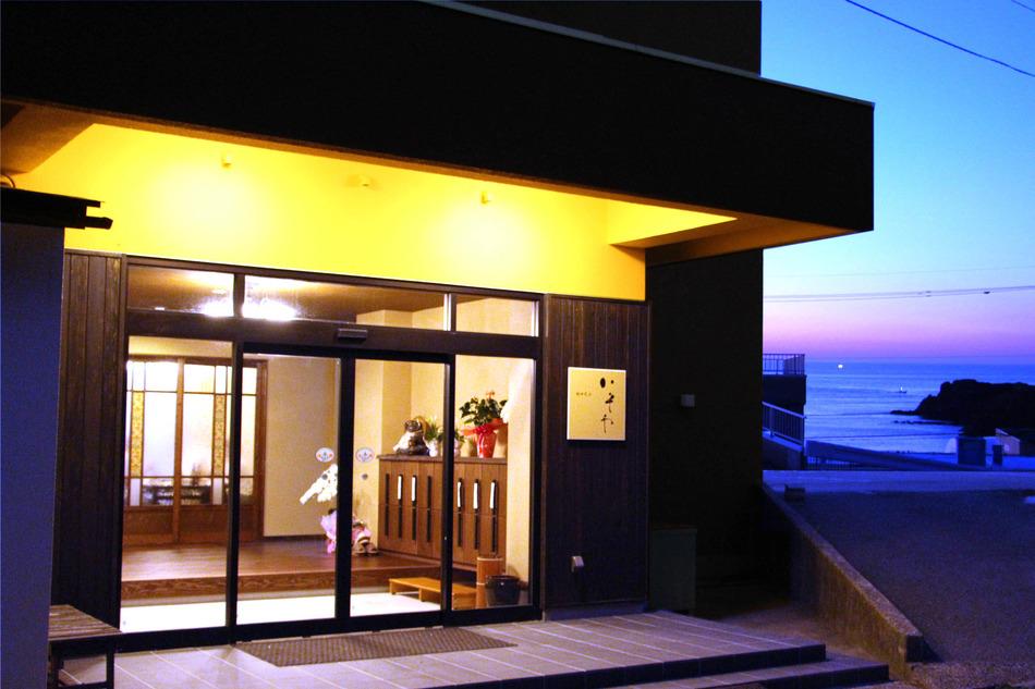 日本海と島々を望む玄関前