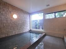 温泉は一度に8人ぐらいまでは入れます。朝と夜の交替制になります。