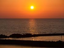 日本海の水平線に沈む夕日 天気がいいと宿・近辺より望めます。