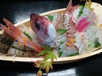 舟盛りの魚は入荷状況により日によって異なります。<2名様用イメージ>