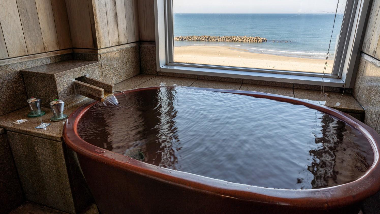 ■【特別室一例 陶器風呂】暖かな色合いの陶器浴槽の温泉。 日本海に包まれる癒やしの空間。(全室禁煙)