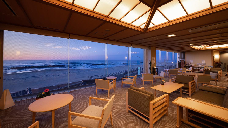 ■【ロビー】日没と共に雰囲気も一変、オレンジ色の地平線と日本海のグラデーションは幻想的