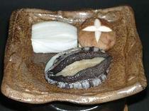 活鮑の陶板(とうばん)焼き