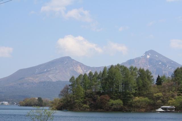 桧原湖から眺める雄大な磐梯山