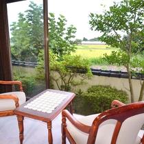 *【新館和室】窓からの眺め。庭の向こうにはのどかな田園風景が。ホッこり和めると人気です。