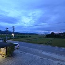 *【本館6畳】部屋からの眺め。田園風景の向こうに【JR七尾線】が走っています。右に行くと千里浜へ。