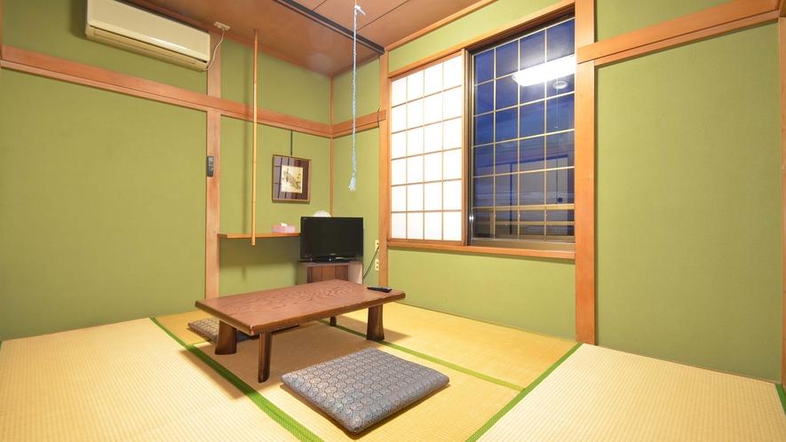 *【本館6畳】本館2Fにある客室。シンプルな客室は1~3名様用。バス・トイレは共用です。