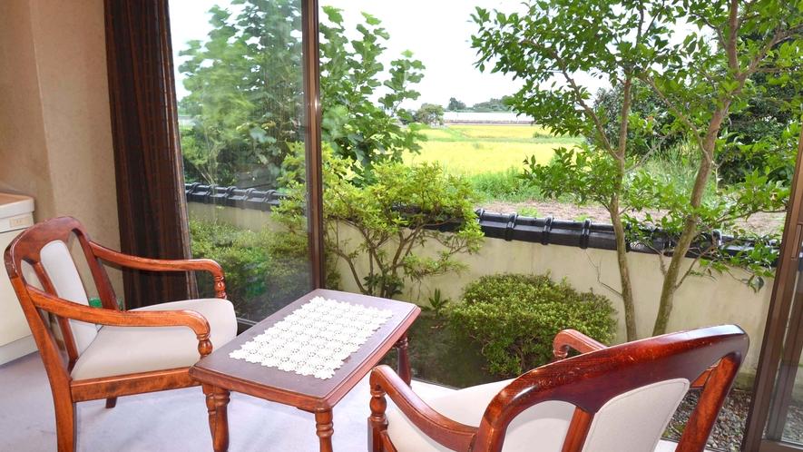 *【新館和室】窓からの眺め。庭の向こうにはのどかな田園風景が。ほっこり和めると人気です。