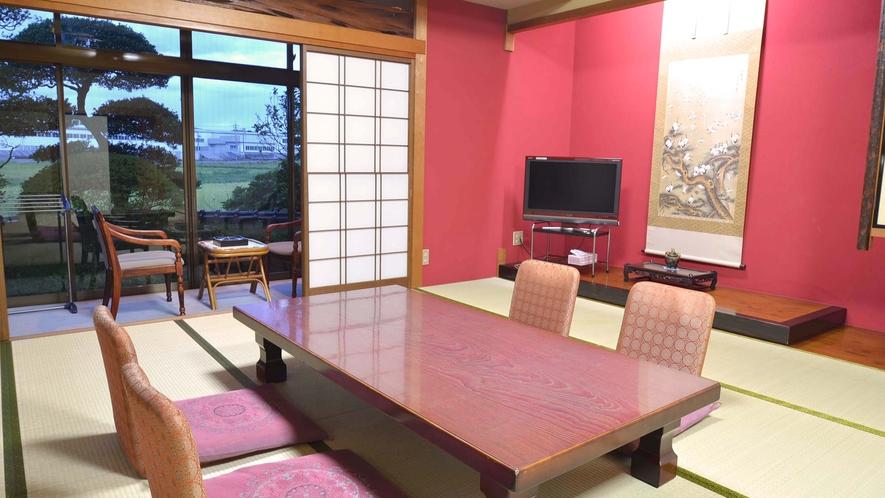 *【新館和室】加賀の伝統色である朱色の壁。非日常を感じると共に、前田藩の美の伝統も愉しめます。