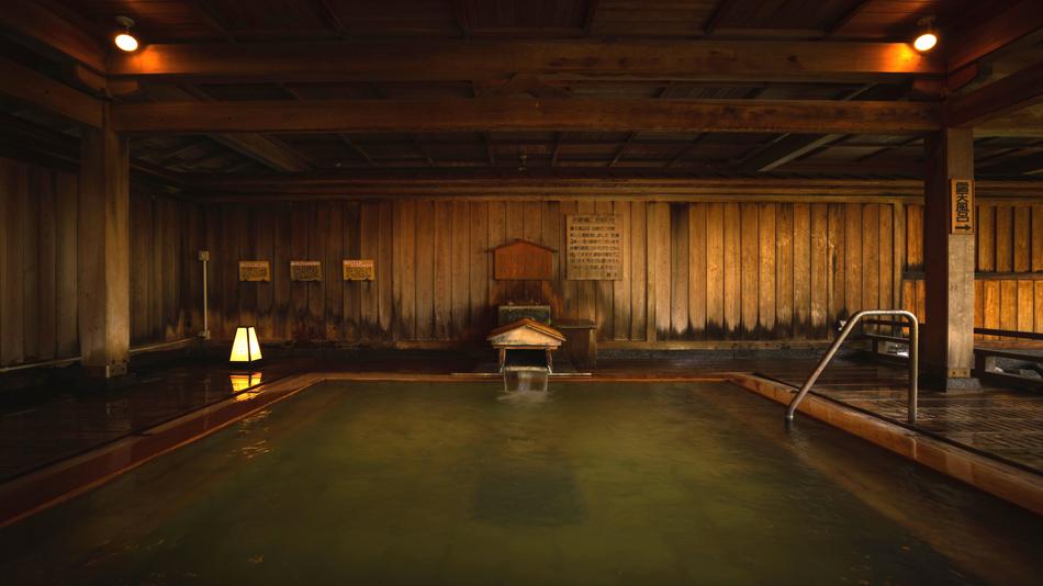 趣を感じる能舞台露天風呂、日本屈指の硫黄濃度を誇る源泉で満たされる
