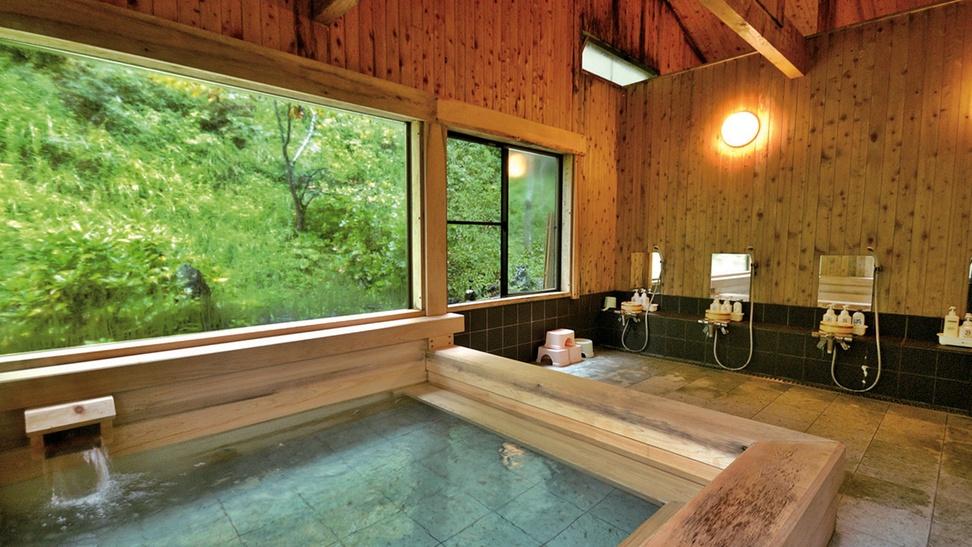 *【檜風呂】ぜいたくな総檜(ひのき)を使った大浴場。目の前の自然を眺めながらの湯浴みは極楽