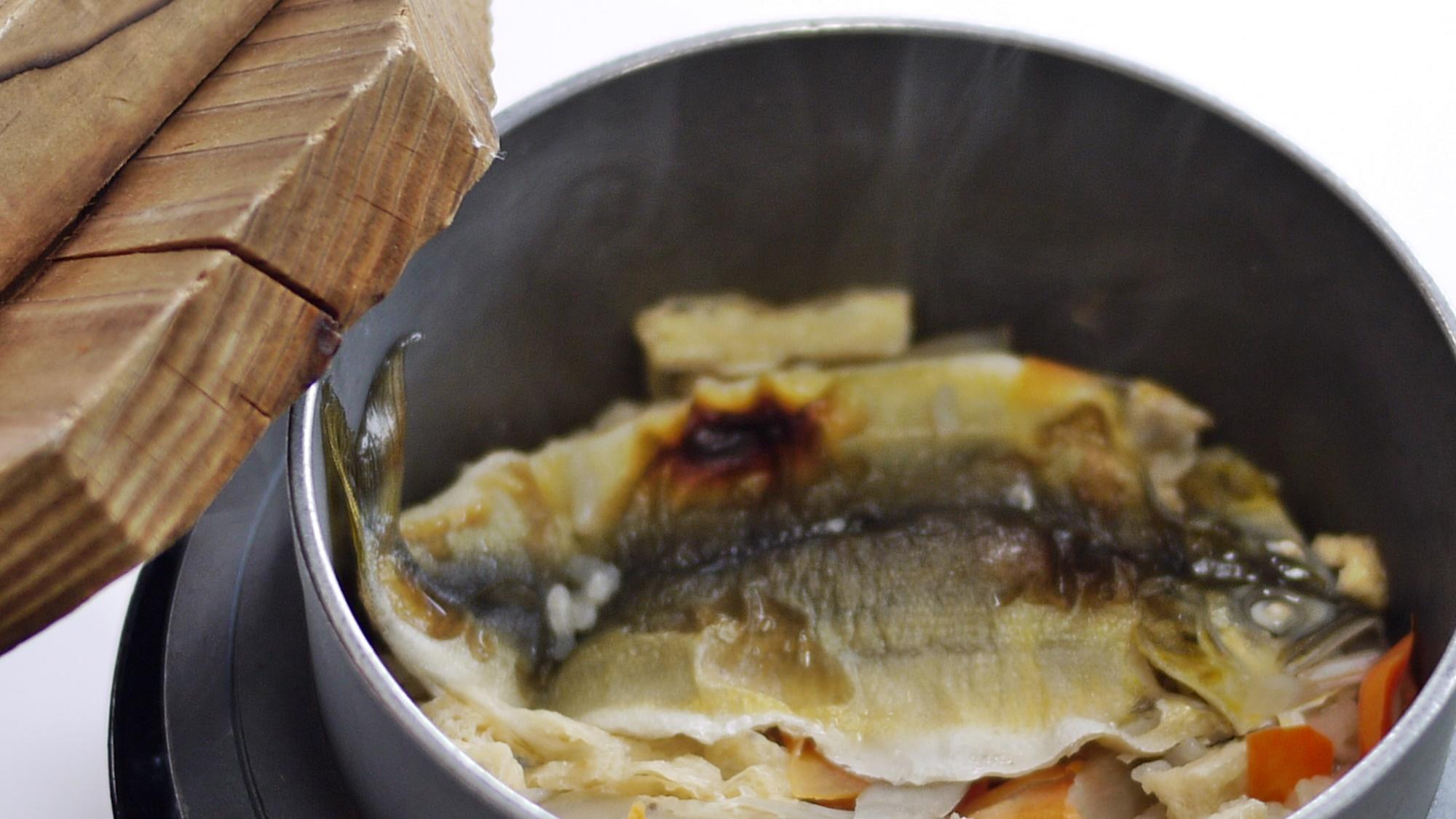 *【鮎の釜めし】丸ごと一匹入れた釜飯は、旨みがジュワっと沁み込んだ〆の品です。