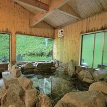 *岩風呂/檜の浴室に、野趣あふれる岩風呂。手を伸ばせば届きそうな自然が目の前