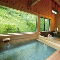 *檜風呂/ぜいたくな総檜(ひのき)を使った大浴場。目の前の自然を眺めながらの湯浴みは極楽…