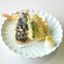 *天ぷら/野菜と海の幸、ぷりぷりの食感をお楽しみください(内容は変わる場合がございます)
