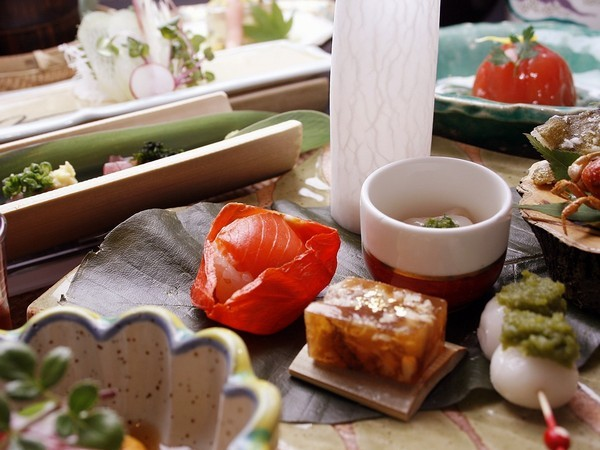 懐石膳は前菜、造里、蒸し鉢などコンパクトなハーフ懐石になります。