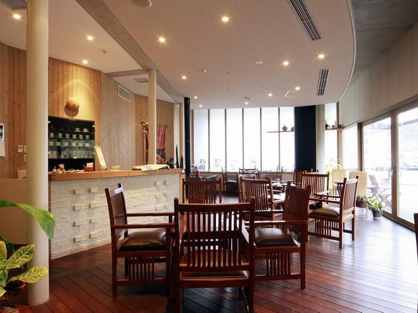 ラウンジ「雅時房」では無料のコーヒー&紅茶のサービスがございます。